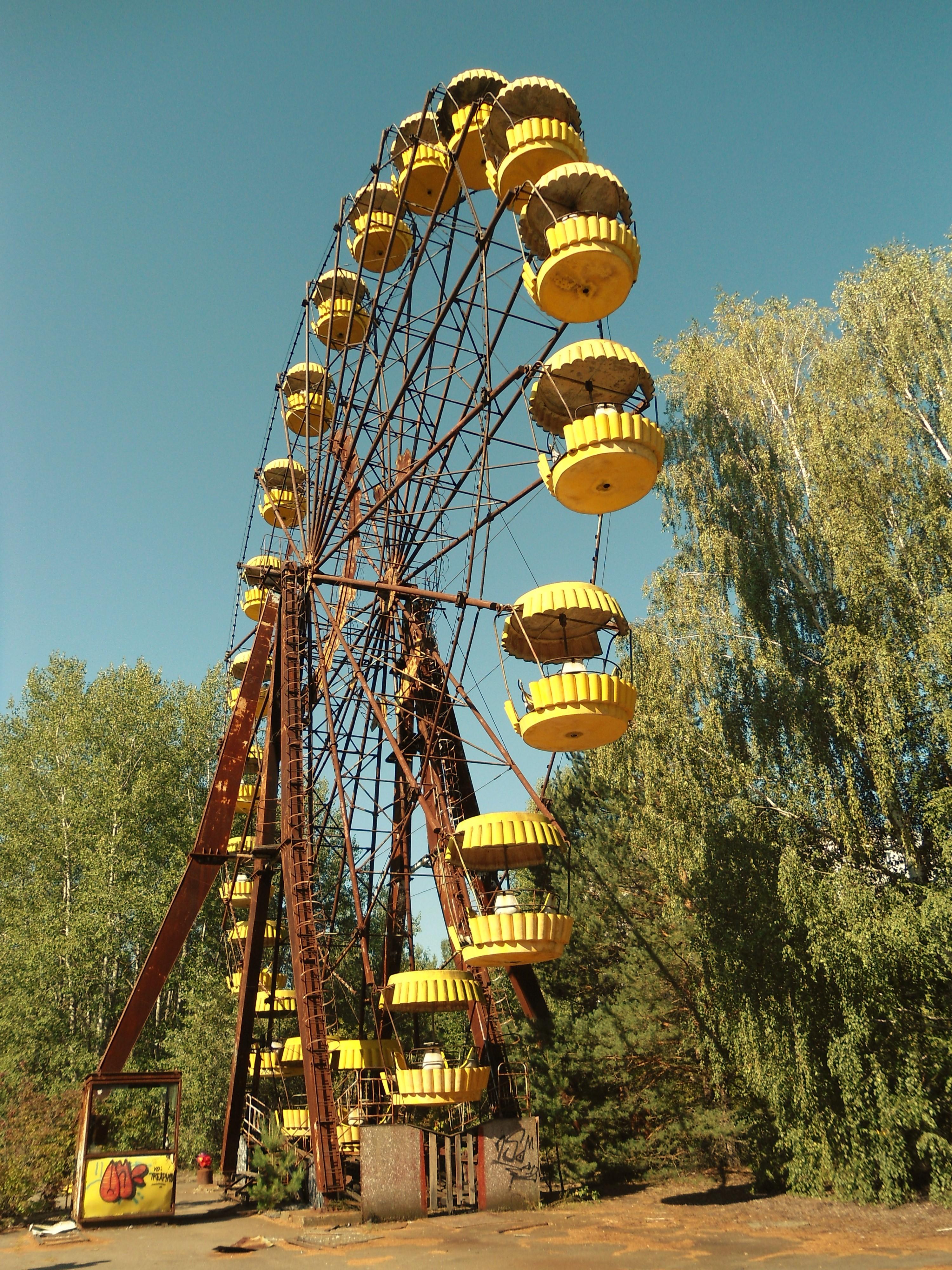 Pripyat_ferris_wheel_side
